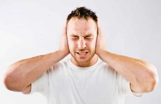 Почему возникает неприятный звук в ушах